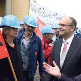 Erwin Sellering im Gespräch mit Auszubildenden und Mitarbeitern der damaligen MTW-Werft