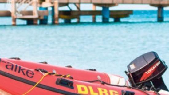 DLRG-Schlauchboot am Strand