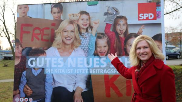 Manuela Schwesig nach der Enthüllung der Plakatkampagne