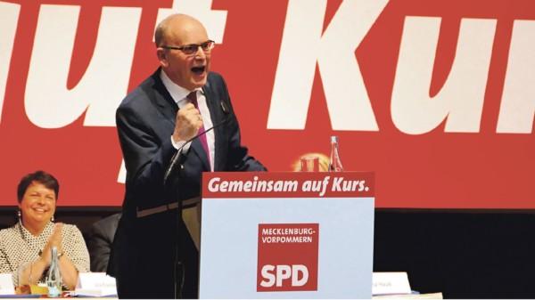 Sellerings Rede auf dem Landesparteitag. Im Hintergrund Stefanie Drese.